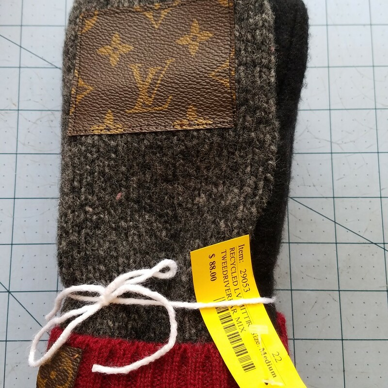 RECYCLED LV MITTENS.