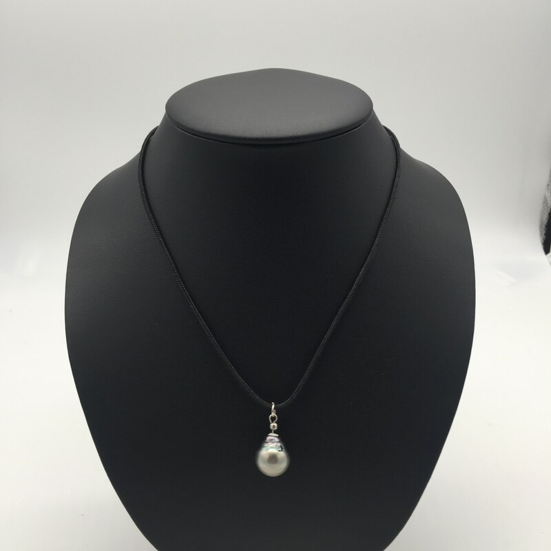 SINGLE BLACK TAHITIAN PEARL ON A ROPE NECKLACE.