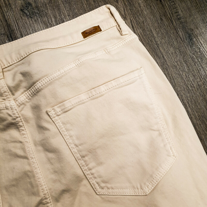 Beautiful Massimo Dutti Jeans.<br /> - Brand new<br /> - Light pink color<br /> - Real front and back pockets<br /> - Waist circumference: 30 in.<br /> - Length: 34.5 in.<br /> - Size Medium/8<br /> <br /> * Please note that these measurements and pictures are for reference only and may vary slightly from the original.