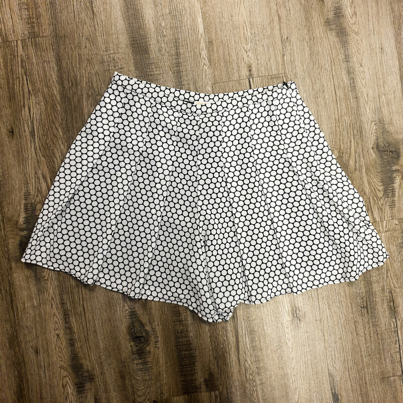 Beautifu Michael Kors Shorts.<br /> - Black and white color<br /> - Geometrical print<br /> - Side zipper<br /> - Waist circumference: 30 in.<br /> - Length: 16 in.<br /> - Size Medium/10<br /> <br /> * Please note that these measurements and pictures are for reference only and may vary slightly from the original.