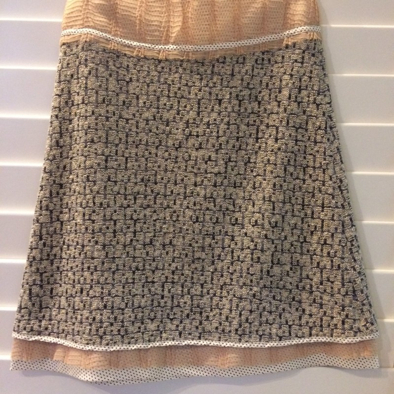 This skirt, in great condition, makes for a sophisticated and subtle look. Size 4.<br /> 62% Silk 38% Lambswool1