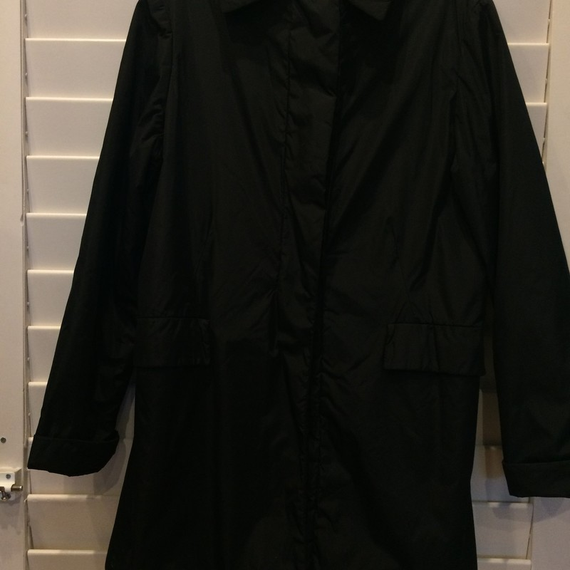 This Jil Sander coat is in great condition, featuring buttons down the front and a sleek black design.<br /> 99% Polyamid nylon 1% Polyurethan