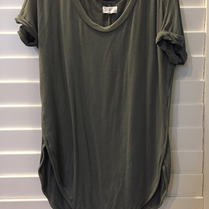 Cute and oversized, this Lou & Grey t-shirt is both comfortable and stylish. And when you order from us, it's afordable too! Size small.
