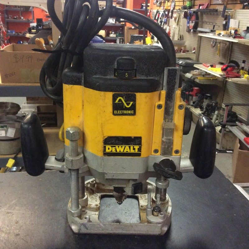 "DEWALT DW625 3-Horsepower Variable Speed Electronic Plunge Router. Comes with 1/4"" Collet Only"