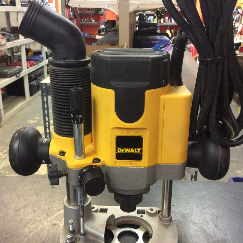 DeWALT DW621 2-HP Plunge Router with Vacuum Attachment