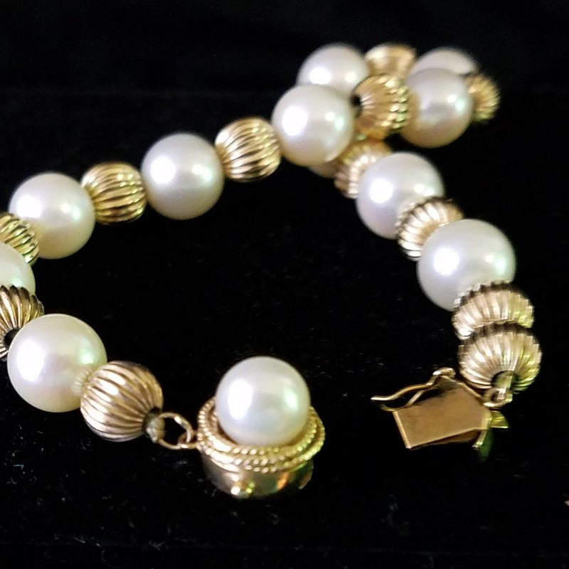14K GOLD AND PEARL BRACELET<br /> PEARLS HAVE A NICE LUSTER<br /> 7&quot;
