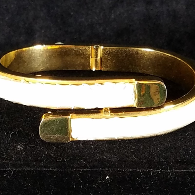 VINTAGE GOLD-TONE AND WHITE SNAKESKIN BRACELET. 8&quot; OPENING<br /> EXCELLENT CONDITION