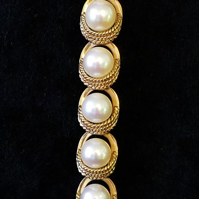 14K GOLD AND PEARL BRACELET<br /> 17.4 DWT<br /> APROX $400 IN GOLD<br /> 7&quot;<br /> AAA: The highest-quality pearl, virtually flawless. The surface will have a very high luster, and at least 95% of the surface will be free from any type of defect. The pearl will be perfectly round, and have a mirror-like luster, and a nacre thickness<br /> ALSO SEE CLIP EARRINGS AND RING FOR SALE