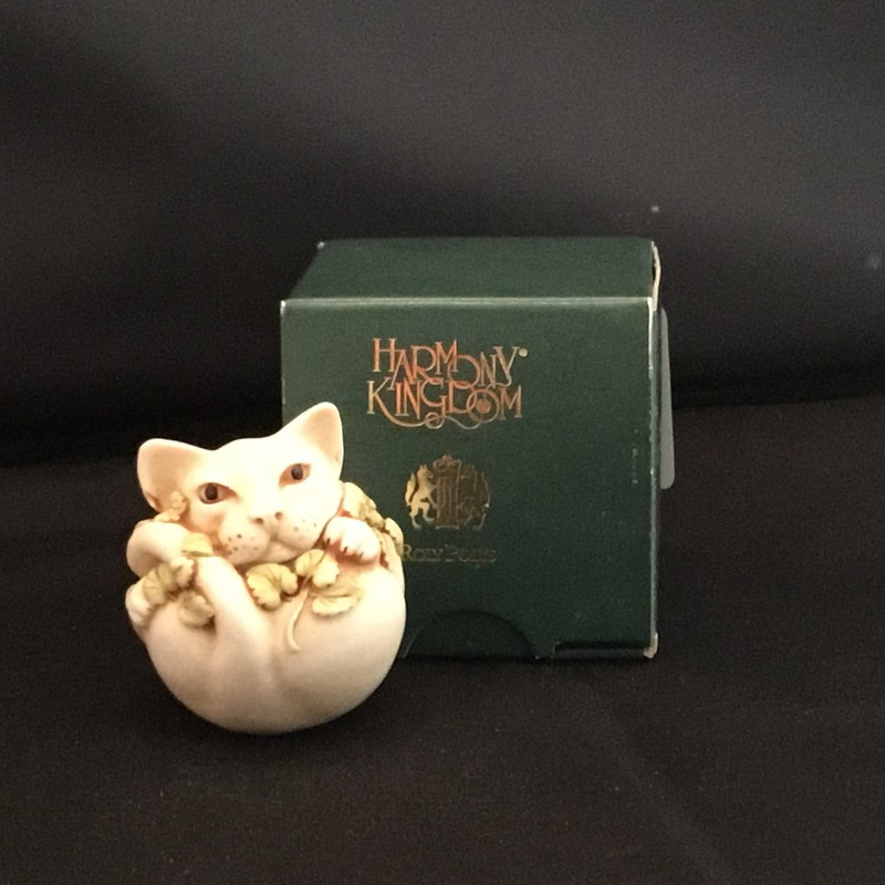 Elvis is a Harmony Kingdom Roly Poly box figurine made from crushed marble in the UK. This cute little cat is named after a famous singer.<br /> 1 1/2&quot; tall<br /> 1 1/2&quot; wide