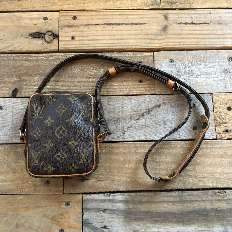 "Vintage Louis Vuitton Camera Bag<br /> Color: Browns, Monogram<br /> Size: 4.5""L x 6""D x 1.5""W<br /> Material: Coated Canvas, Leather<br /> <br /> Features:<br /> -zippered closure<br /> -Leather shoulder grip<br /> -19.5"" adjustable shoulder strap<br /> -Date Code: 8909SL<br /> -Made in 1989 in France<br /> -Sold AS-IS, shows signs of wear: leather loops on sides starting to rip (see pictures for details)"