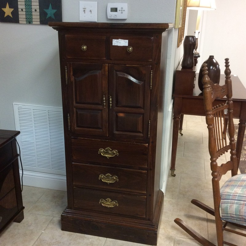 This lingerie chest has seen some wear but it's Ethan Allen, old Ethan Allen I'd say! . It features a lift up top that reveals a mirror and a divided drawer There is also a rather spacious cabinet followed by 3 drawers with dovetail jointing.
