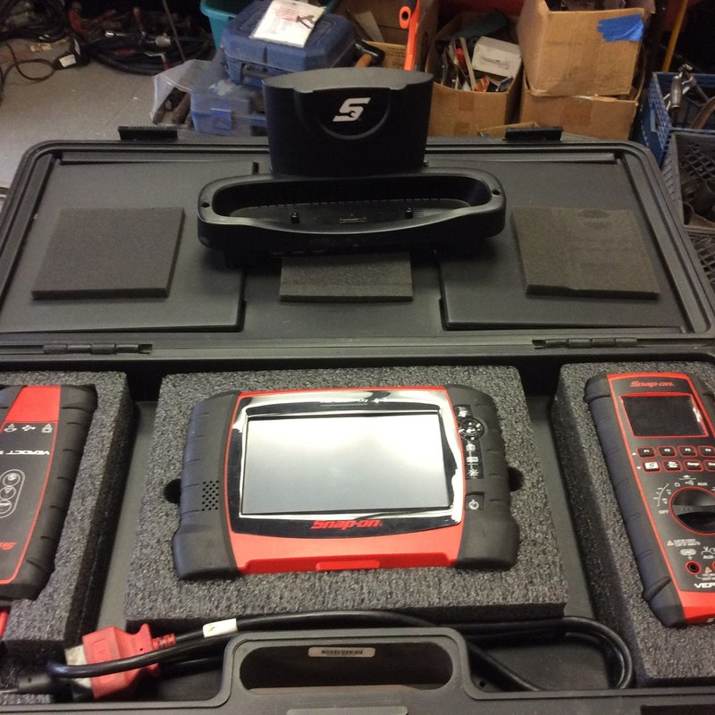 Snap On EEMS324 D7/S3/M2 Verdict Scanner Tool with Docking Cradle. Software Version 18.4.