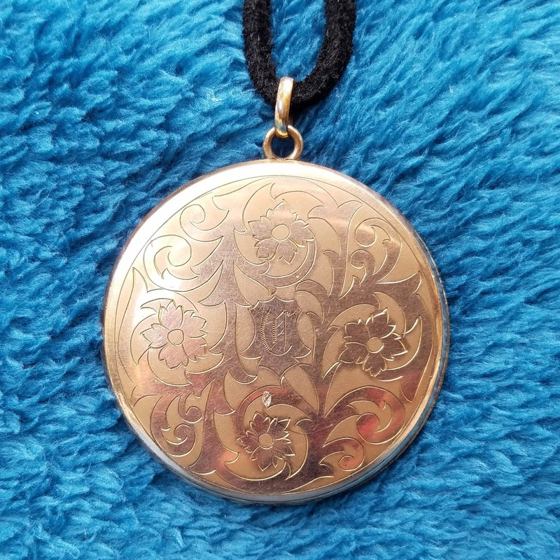 VINTAGE LOCKET<br /> 2 SIDED<br /> GLD<br /> Size: 2""