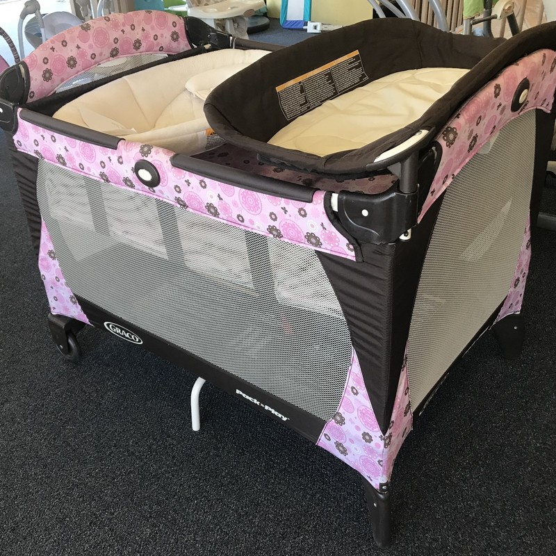 Graco Pack N Play W/ removable napper, changing  platform and bassinet.  Great condition. Folds up easily for easy transport and storage
