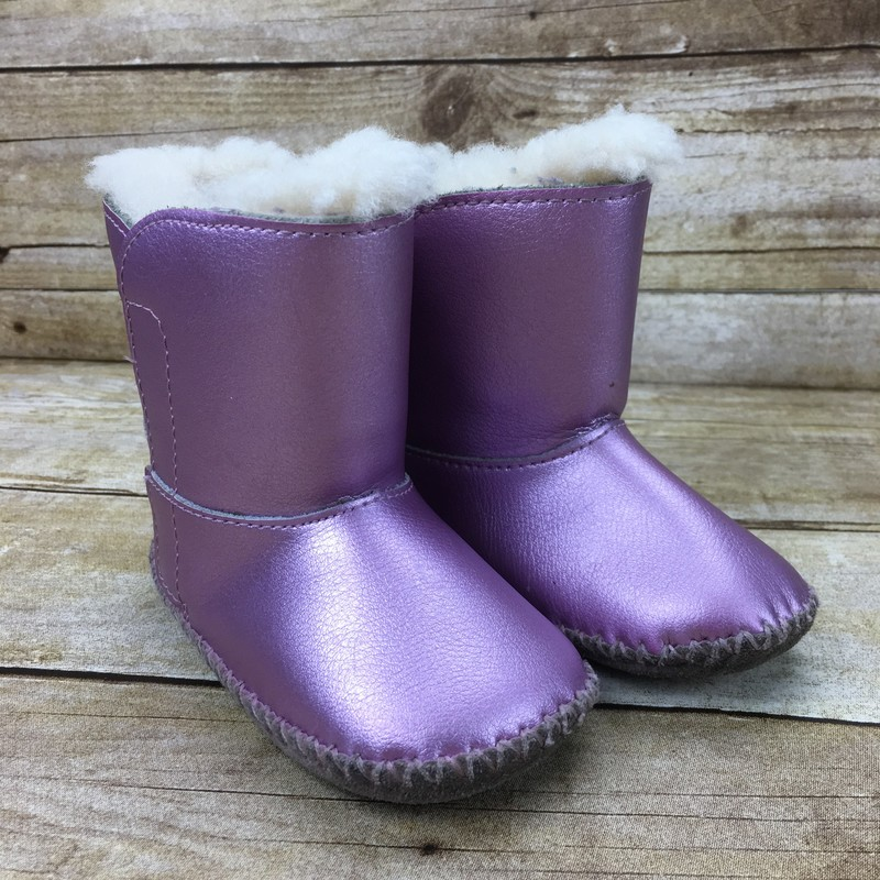 Size: 4 (Kids)<br /> Brand: UGG<br /> $26<br /> <br /> Cross posted, items are located at #PipsqueakResaleBoutique, payments accepted: cash, paypal & credit cards. Any flaws will be described in the comments. More pictures available with link above. Local pick up available at the #VancouverMall, tax will be added (not included in price), shipping available (not included in price), item can be placed on hold with communication, message with any questions. Join Pipsqueak Resale - Online to see all the new items! Follow us on IG @pipsqueakresale & Thanks for looking!<br /> <br /> Due to the nature of consignment, any known flaws will be described; ALL SHIPPED SALES ARE FINAL. All items are currently located inside Pipsqueak Resale Boutique as a store front, items purchased on location before items are prepared for shipment will be refunded.<br /> <br /> #resalerocks #ugg #uggs #uggsforkids #shimmeringpink #rockthepink #twinieswithmom #pipsqueakresale #vancouverwa #portland #reusereducerecycle #fashiononabudget #chooseused #consignment #savemoney #shoplocal #weship #shoplocalonline #resale #resaleboutique #mommyandme #minime #fashion #reseller #pipsqueak_girls_size4 #girls_size4 #girls_size_4