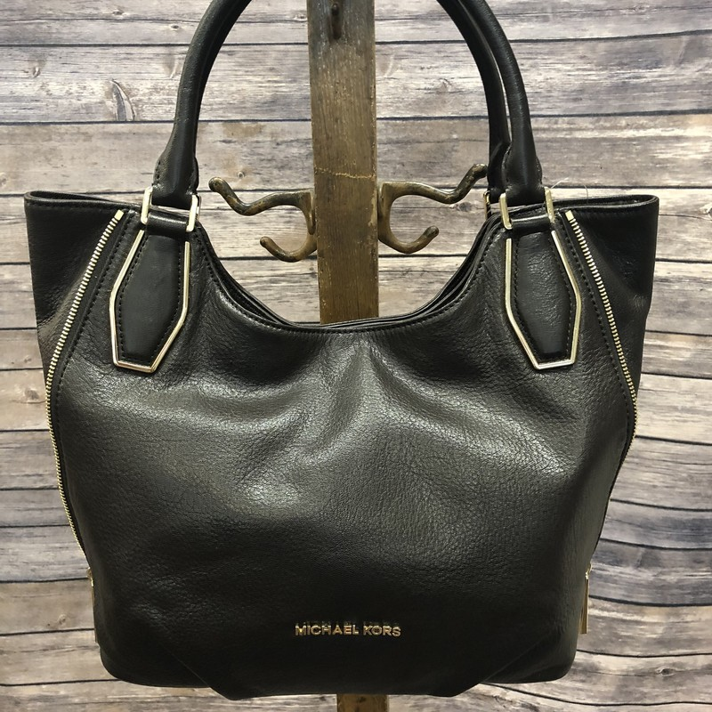 MK Purse in perfect condition! You will love the zipper detail! medium sized bag.