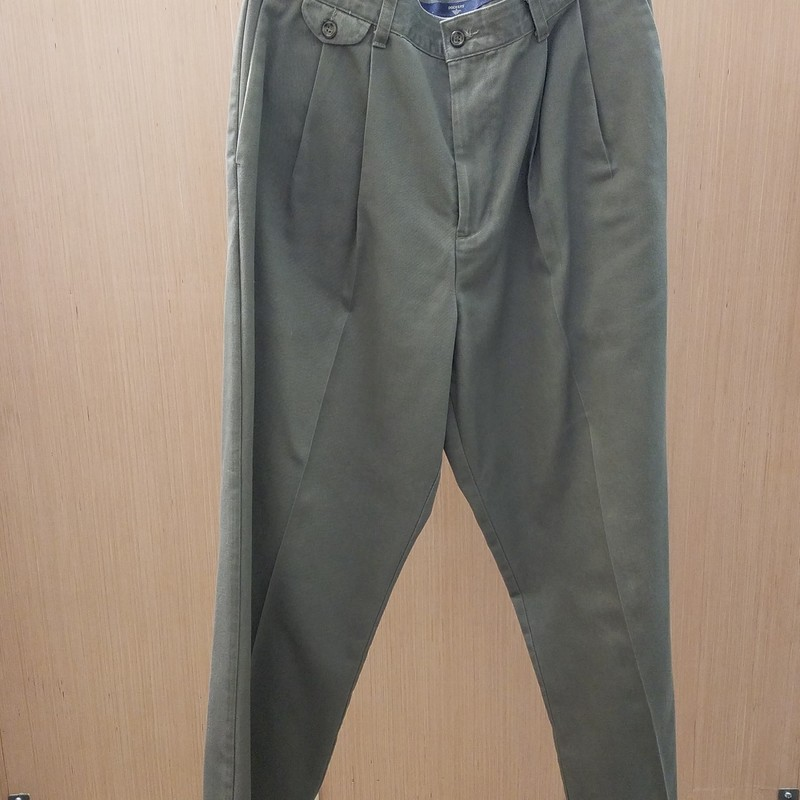 Classic Fit men's Dockers in size 34 (waist) x 31 (inseam) would be perfect for a day at the office or an evening at dinner. They are in good condition with light fading at the pockets and pleat area.<br /> <br /> Cuffed legs.