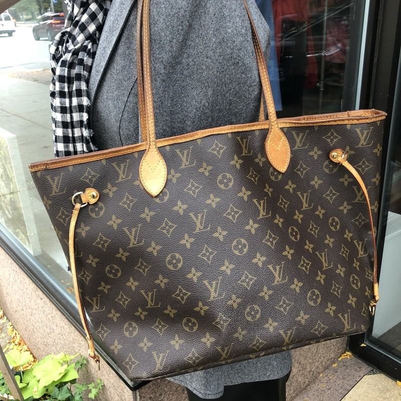 Louis Vuitton Neverfull M, Mono, Size: MM<br /> Gorgeous neverfull bag in medium size. The canvas is in excellent condition. The handles and Trim have darkened and there are crackes at trim. Minor wear inside, can be cleaned.