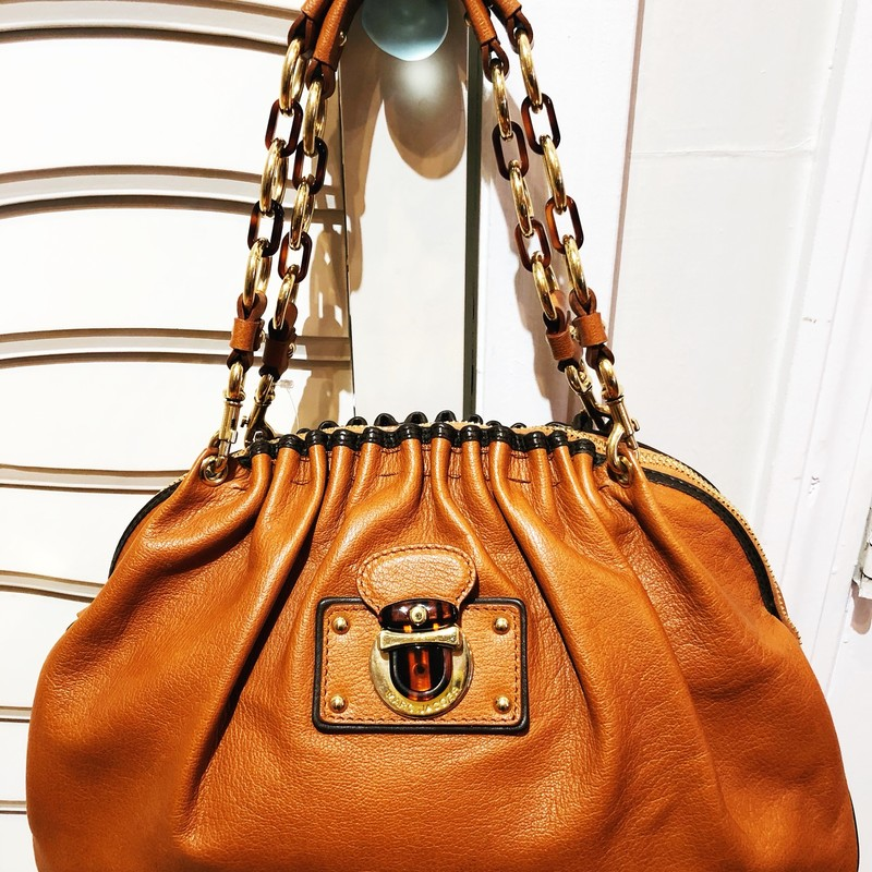Marc Jacobs Handbag, Brown, Size: Large<br /> Gorgeous brown leather handbag with chain and tortoise shell detail on handles. Stunning bag.