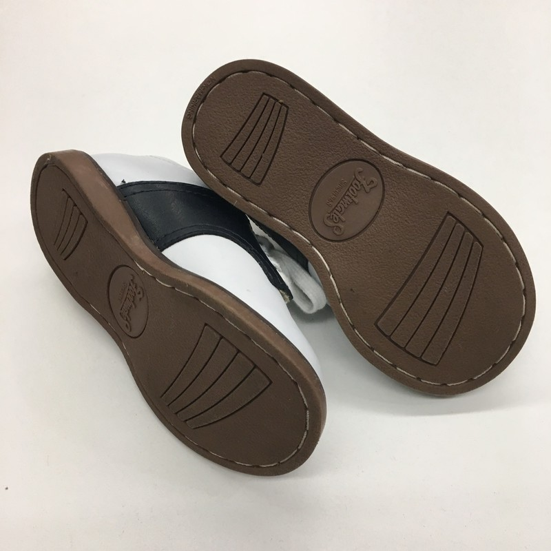 Size: 5 (Kids)<br /> Brand: Footmate<br /> $19.99<br /> <br /> Cross posted, items are located at #PipsqueakResaleBoutique, payments accepted: cash, paypal & credit cards. Any flaws will be described in the comments. More pictures available with link above. Local pick up available at the #VancouverMall, tax will be added (not included in price), shipping available (not included in price), item can be placed on hold with communication, message with any questions. Join Pipsqueak Resale - Online to see all the new items! Follow us on IG @pipsqueakresale & Thanks for looking!<br /> <br /> Due to the nature of consignment, any known flaws will be described; ALL SHIPPED SALES ARE FINAL. All items are currently located inside Pipsqueak Resale Boutique as a store front, items purchased on location before items are prepared for shipment will be refunded.<br /> <br /> #gentlyused #footmate #saddleshoes #whiteandblack #luxuryforless #sneakers #shoes #weship #resalerocks  #designerforless  #weshiptoyou  #consignmentstore #pipsqueakresale #reuserecycleresale #pipsqueak_boys_size4 #boys_size4 #boys_size_4