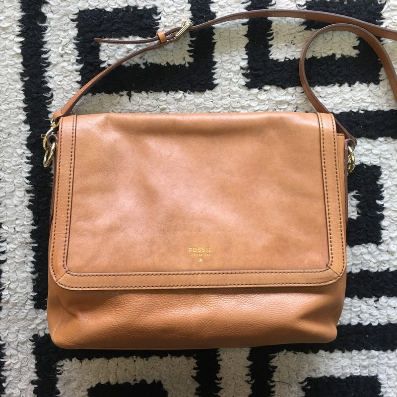GENTLY USED Fossil shoulder bag. Light tan leather with gold hardaware. Removable/adjustable strap. Some signs of use, interior stains. Overall, an amazing bag. Retail: $138. DON'T MISS OUT!