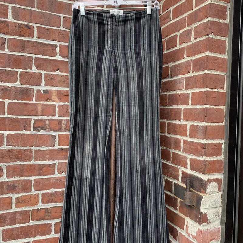 These pants are made from corduroy material and have a long, vertical stripe pattern. Paired with the flare bottom of the pant, the shape and texture of this pant is sure to flatter any fashionist. Size 0.