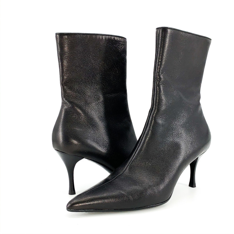 - Gucci point toe black leather ankle boot<br /> - Size 7