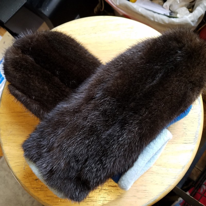 RECYCLED FUR MITTENS.