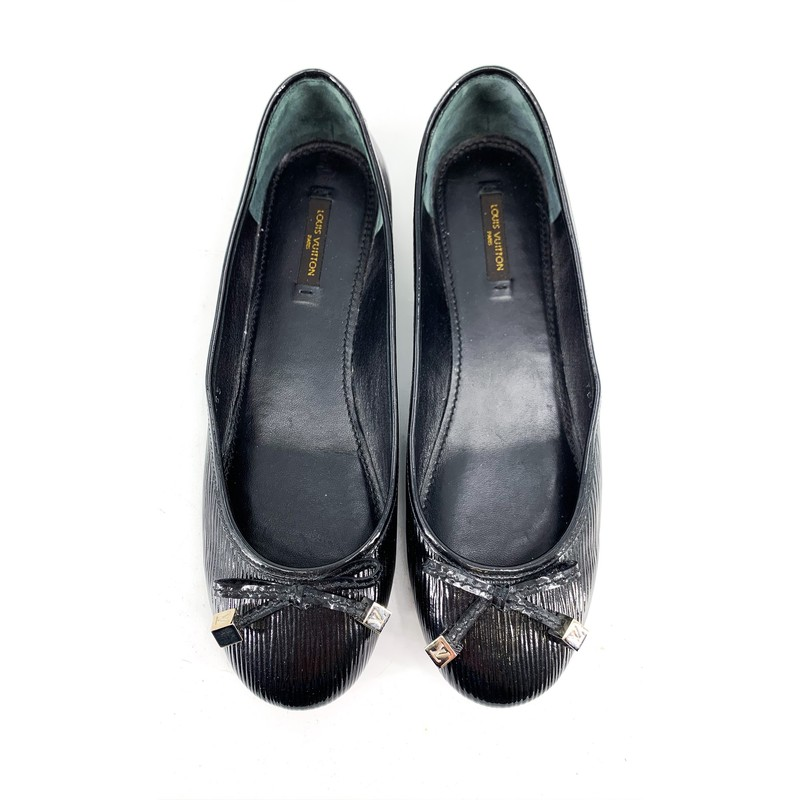 Louis Vuitton Black Leather Epi Flats with Bows<br /> <br /> DETAILS<br /> - Adorable epi leather (patent) ballet flats!<br /> - Bows on toes with LV silver endings<br /> - Marked as 38 1/2, US size 8<br /> - Black interior with Louis Vuitton tag<br /> - Comes with Louis Vuitton beige duster bag<br /> - Condition: Great! Some wear on soles, but interior is in good condition