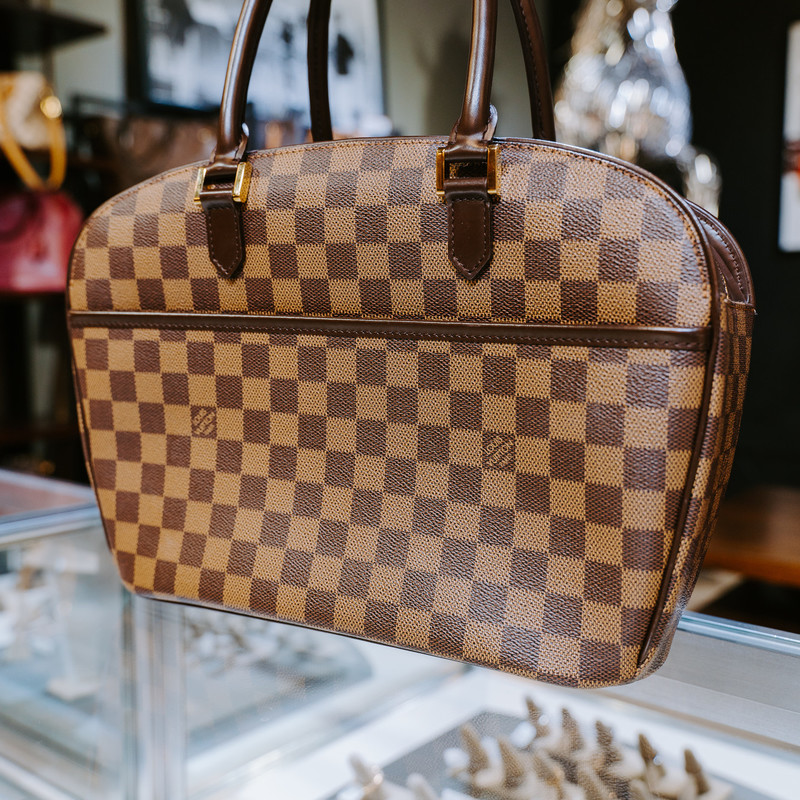 LV Sarria Horizontal Damier<br /> <br /> Handle Drop: 7.5 in.<br /> Condition Quality: Very Good<br /> Color: Brown<br /> Material: Descriptive Damier Ebene<br /> Exterior Condition: Very Good<br /> Hardware Description: Gold Hardware<br /> Height: 9.4 in.<br /> Interior Condition: Very Good<br /> Interior Pockets: two open pockets<br /> Length: 3.9 in.<br /> Material: Canvas: Damier Ebene<br /> Width: 13.4 in.<br /> Authenticity code: Louis Vuitton<br /> <br /> #handbag  #purse #luxury #designer #Louis #Vuitton #bandoiliere #tote #shopping #lv #authentic #handbags