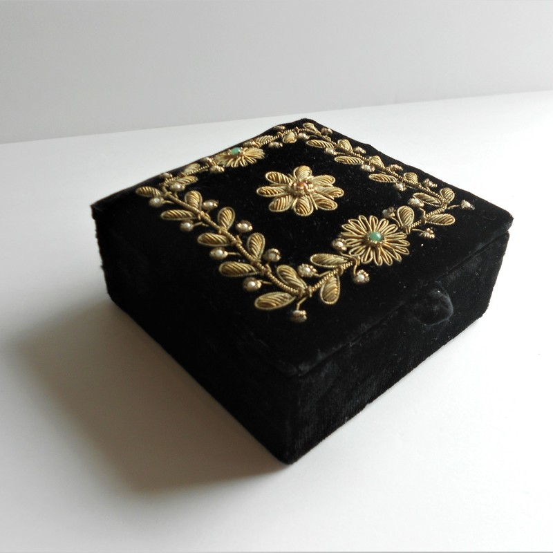 Beautiful vintage velvet jewelry box with corded floral detailing!