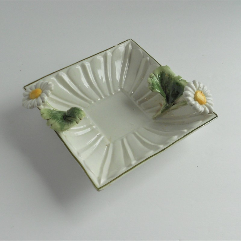 You will fall in love with this vintage daisy ashtray by Meiselman. Made in Italy.