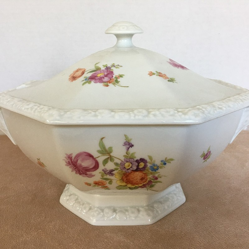 Rosenthal tureen with lid. Porcelain made in Germany; Maria pattern. Excellent condition!