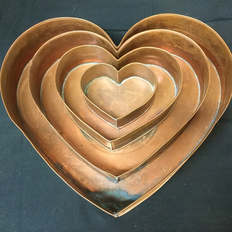 Heart shaped pan set. Set of 4. Beautiful addition to your collection!
