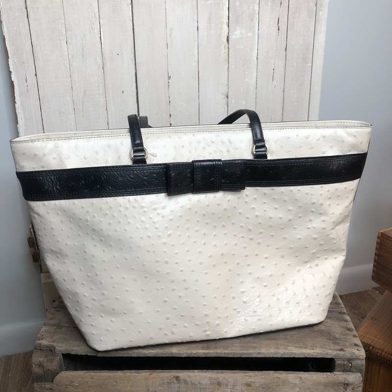 Tote Kate Spade, Cream<br /> Perfect summer tote.  Excellent condition with dust bag.<br /> Subject to 7% PA Sales tax<br /> Call for shipping charge!