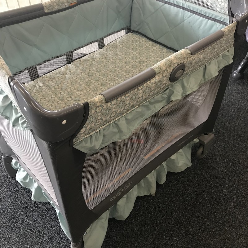 GracoTravel Crib in excellent condition.  Fold up easily and has travel bag.  NO SHIPPING-in store pick up only