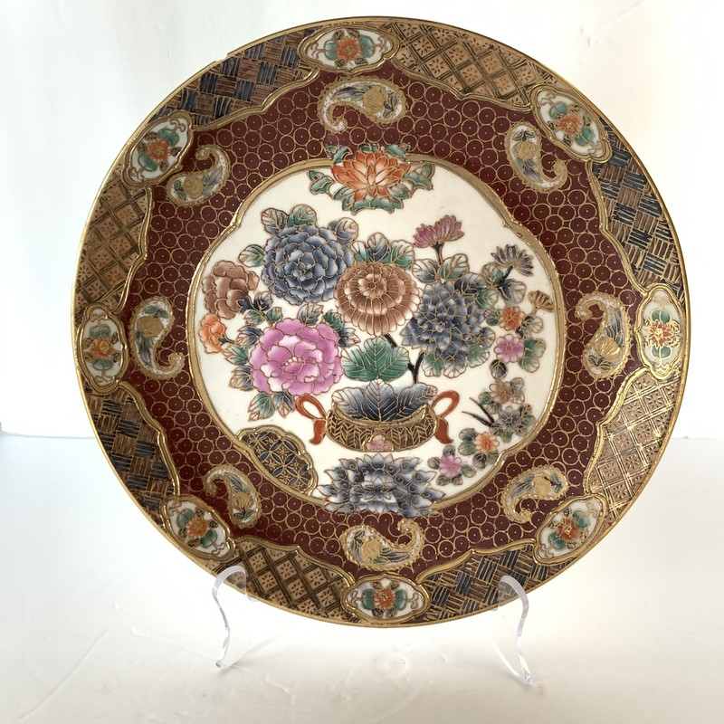 This gilded Andrea by Sadek plate belongs in a home created for the detail-oriented.