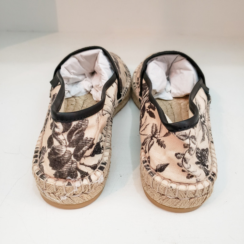 Gucci<br /> Canvas Flat Espadrille<br /> Comes with Bag<br /> Size 38 US 8<br /> NEW