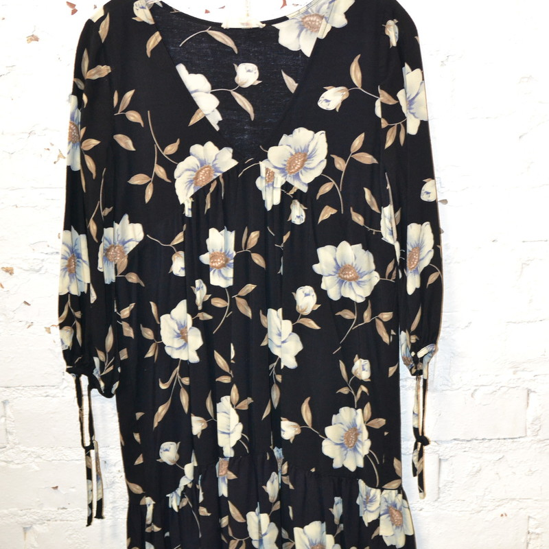 -Entro<br /> -Navy blue with white flowers<br /> -Ties on the sleeves<br /> -Size small