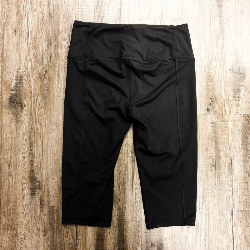 Beautiful Victorias Secret Leggings.<br /> - Black color<br /> - Inner pocket<br /> - Capris cut<br /> - Stretchy<br /> - Waist circumference: 31 in.<br /> - Length: 26 in.<br /> - Size Large<br /> <br /> * Please note that these measurements and pictures are for reference only and may vary slightly from the original.