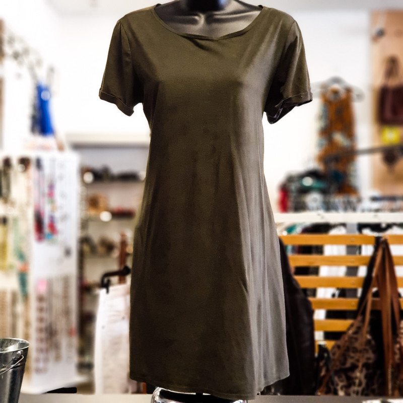 Beautiful Vibe Top.<br /> - Olive color<br /> - Suede-like material<br /> - Real front pockets<br /> - Stretchy<br /> - Bust circumference: 36 in.<br /> - Length: 32 in.<br /> - Sleeves length: 6.5 in.<br /> - Size Medium<br /> <br /> * Please note that these measurements and pictures are for reference only and may vary slightly from the original.