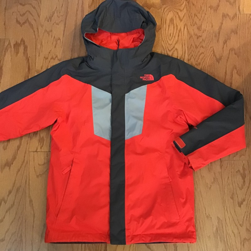 North Face 3 in 1 coat<br /> <br /> inside fleece that can be unzippered for warmer weather<br /> <br /> gently used with minor signs of wear here and there but nothing major<br /> <br /> <br /> ALL SALES ARE FINAL. NO RETURNS OR EXCHANGES. PLEASE ALLOW 1 WEEK FOR SHIPMENT. THANK YOU FOR SUPPORTING OUR SMALL BUSINESS!