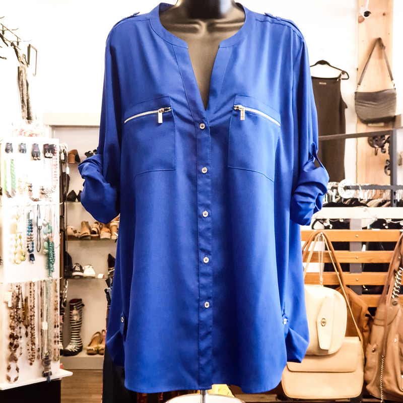 Beautiful Calvin Klein Top.<br /> - Blue color<br /> - Silver-tone hardware<br /> - Real front buttons<br /> - Real front pockets<br /> - Adjustable sleeve length<br /> - Bust circumference: 46 in.<br /> - Length: 29.5 in.<br /> - Sleeves length: 24.5 in.<br /> - Size XLarge<br /> <br /> * Please note that these measurements and pictures are for reference only and may vary slightly from the original.