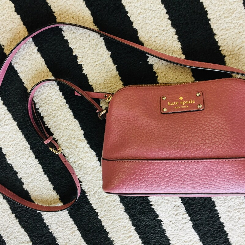This Kate Spade crossbody is like new! No signs of wear or damage. Smaller in size but great for traveling.