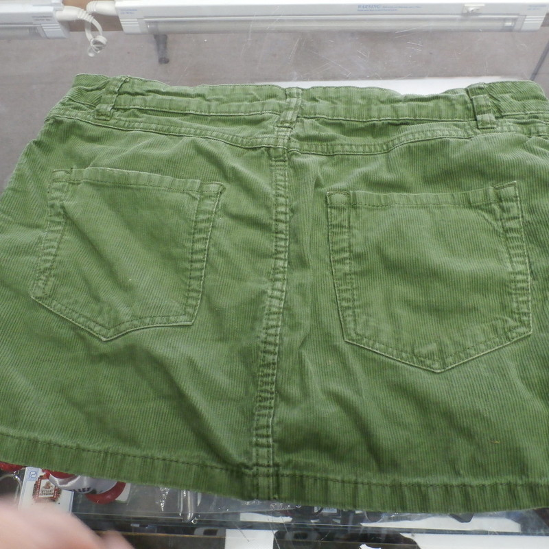 LOGG women&#039;s Skirt corduroy size 8 green 100% cotton #25506<br /> Rating: (see below) 4- Fair Condition<br /> Team: n/a<br /> Event: n/a<br /> Size: Women&#039;s- 8 (Measured: Across waist 15&quot;, length 12.5&quot;)<br /> Color: Green<br /> Style: skirt, button and zipper fly; 5 pockets<br /> Material: 100% Cotton<br /> Condition: -4 Fair Condition - wrinkled, minor pilling and fuzz; slight fading; stretched out from use; discolored; stain on the front; a few small snags<br /> Item #: 25506<br /> Shipping: FREE