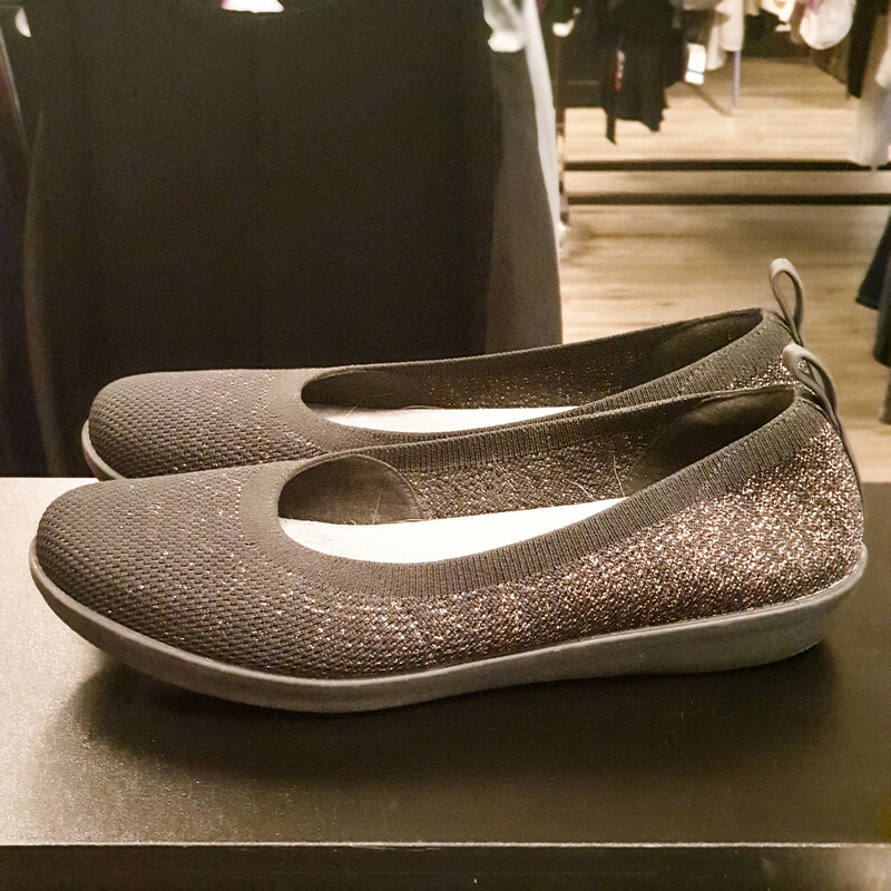 "Beautiful Clarks Flats.<br /> - ""Cloud steppers"" collection<br /> - Cushion soft<br /> - Black color with pink glitters<br /> - Heel height: 1 in.<br /> - US size 9.5M, UK size 7D, EUR size 41<br /> - Sole length: 10.5 in.<br /> <br /> * Please note that these measurements and pictures are for reference only and may vary slightly from the original."